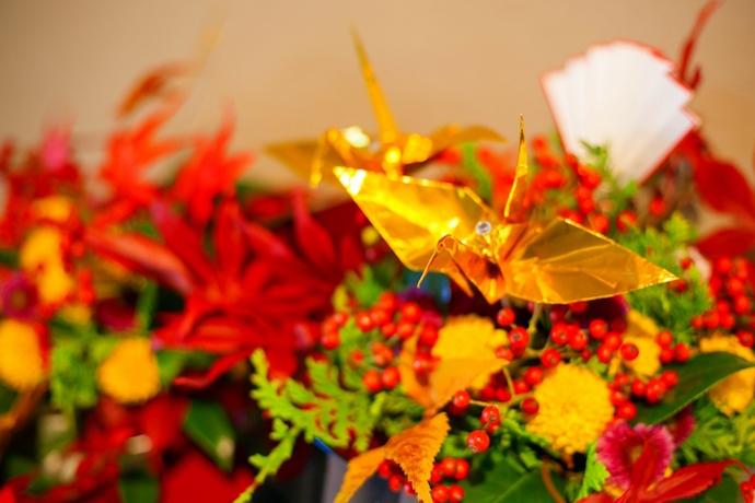 紅葉を取り入れた秋の装飾。祝鶴もふたりの手づくり。