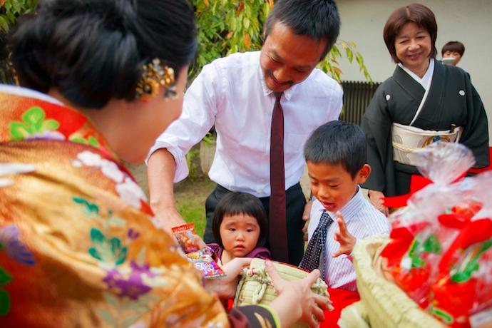 ガーデンにてお菓子のつかみ取り。名古屋らしい演出を取り入れ大人も子供も大喜び。