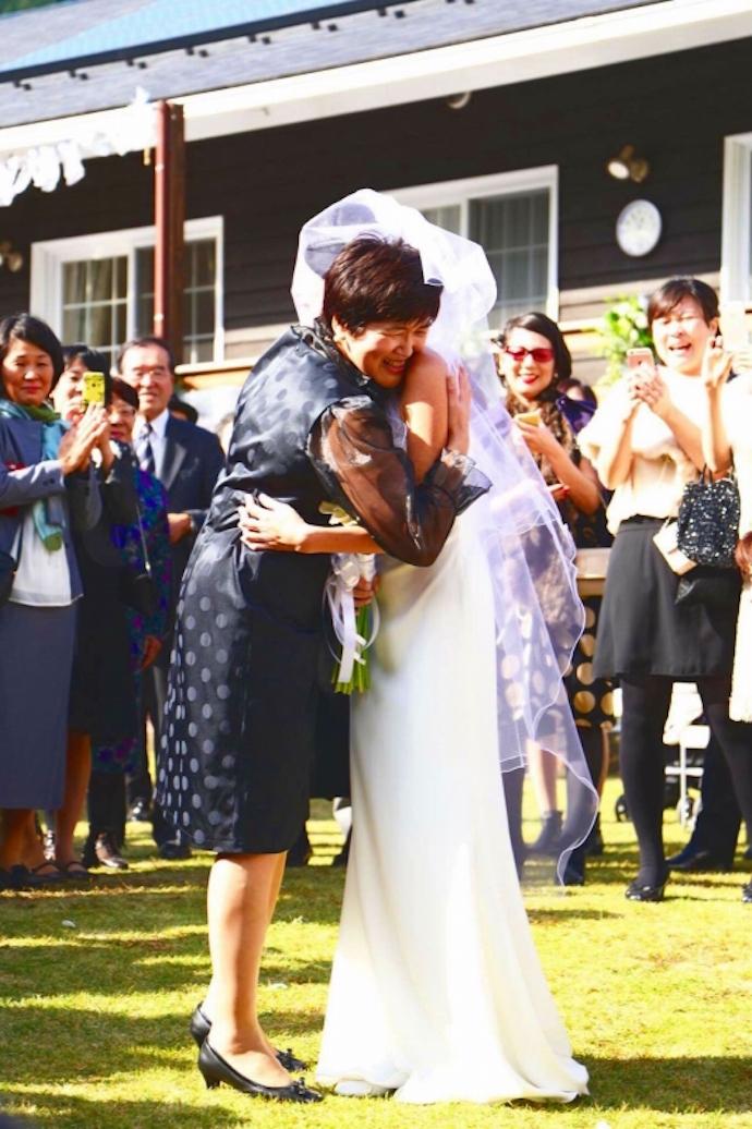 ベールダウンの儀式。お母さまと抱き合い号泣。