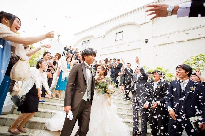 挙式後 桜の紙吹雪で祝福のペーパーシャワー
