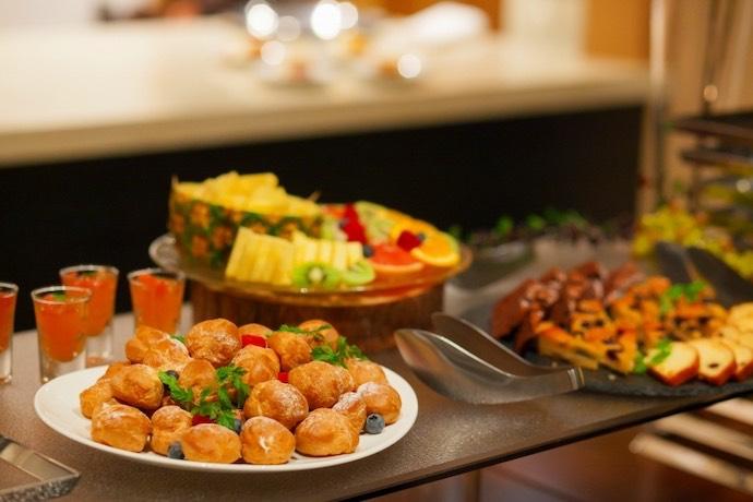 レストランブッフェ色鮮やかな料理デザートにゲストからも大好評