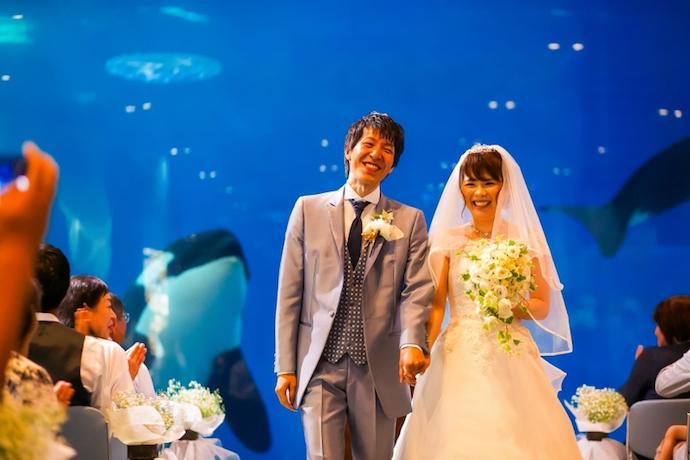 ご夫妻になられ最高の笑顔が溢れる退場シーン