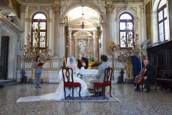 教会の祭壇にて荘厳な誓いを