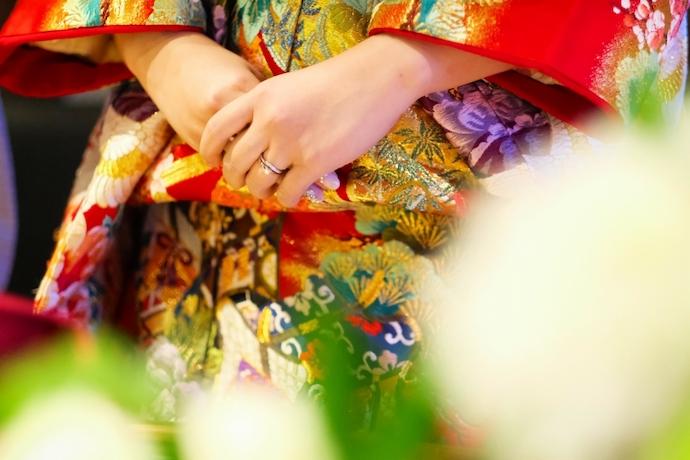 憧れの色打掛由緒ある神社挙式で交わした指輪も輝いている