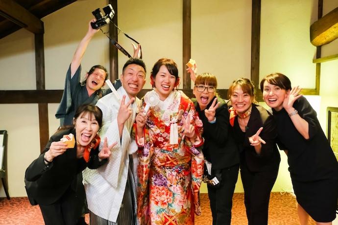おひらき後は倖せ溢れる姿でスタッフ集合結婚おめでとう!!